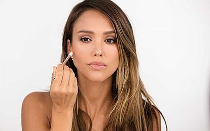 """Џесика Алба покажува како се шминка во 5-минутен туторијал за """"Вог"""""""