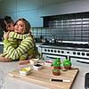 """Кајли Џенер и Сторми со """"Гринч"""" колачиња ја најавија новата колекција козметика"""