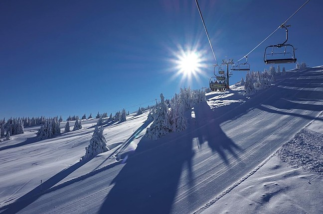 Копаоник се спрема за отворање на скијачката сезона со првиот снег и температури под нулата