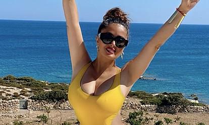 Салма Хајек ја чека Новата година во бикини на плажа