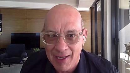 Том Хенкс открива зошто ја избричил главата